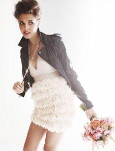 Novia vestida de corto, con chupa de cuero y tupé. Vía Pinterest.
