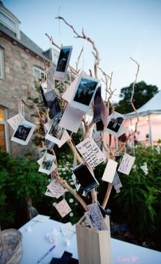 Centro de mesa con un árbol lleno de notas de los invitados de la mesa. Vía Pinterest.