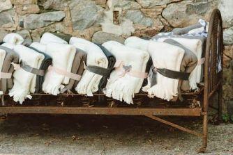 Detalles para los invitados: mantas. Vía Pinterest.