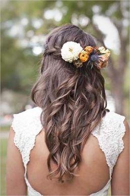 Melena suelta con pequeños semirecogido de trenza y flores. Vía Pinterest.
