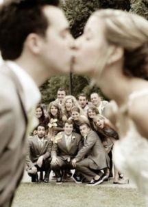 Original fotografía de los novios y sus amigos más íntimos. Vía Pinterest.