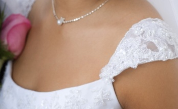 Discreta gargantilla para un look clásico de novia. Vía Pinterest.