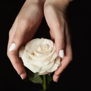 Manicura en blanco roto para las novias más delicadas. Vía Pinterest.
