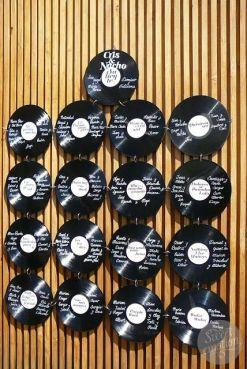 Para los novios amantes de la música, un seating muy especial compuesto por vinilos. Vía Pinterest.