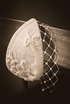 Pequeño casquete vintage acompañado de un velo de redecilla para tapar ligeramente los ojos. Vía Pinterest.