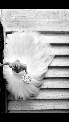 Espectacular imagen de una novia desde arriba bajando las escaleras. Vía Pinterest.