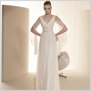 Vestido de novia del outlet de Innovias en gasa de seda, falda recta y mangas ligeras.