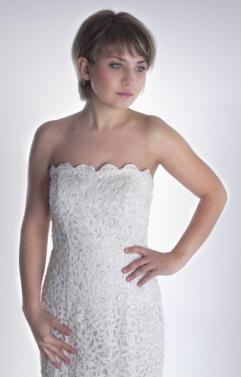 Novia Innovias de pelo corto y sin complementos para un look sencillo y elegante.