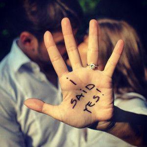 Original imagen de los novios con anillo de pedida. Vía Pinterest.