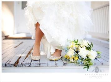 Novia mostrando sus cómodas bailarinas combinadas con su look bridal. Vía Pinterest.