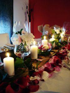 Centro de mesa cuidado y lleno de flores y velas para la cena con familiares en la pedida de mano. Vía Pinterest.