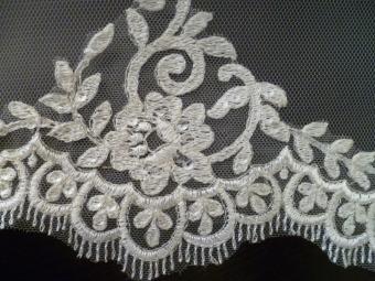 Velo de novia de Innovias de tul de seda bordado.