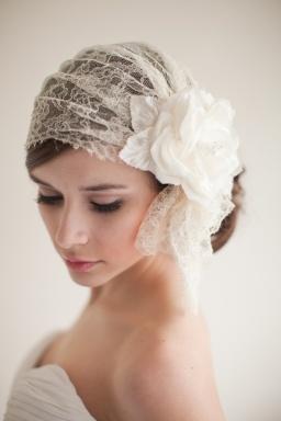 Casquete vintage de novia con flor ladeada. Vía Pinterest.