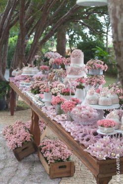 Candy Bar especial con temática floral y el color rosa como protagonista de la mesa. Vía Pinterest.