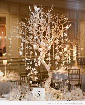 Espectacular árbol con velas y flores colgando para un centro de mesa. Vía Pinterest.