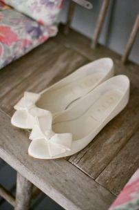 Cómodas sandalias planas con abertura y lazo frontal. Vía Pinterest