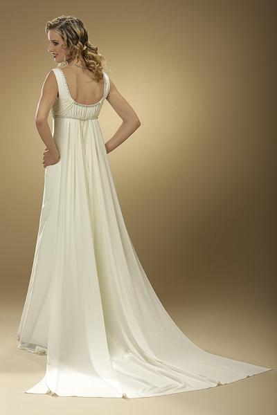 Vestido de novia de Innovias de venta outlet por 350€ con cola watteau.