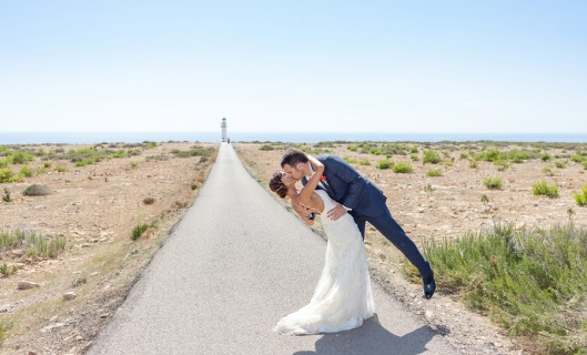 Novios en día de su boda visto en thehouseoftheblogs