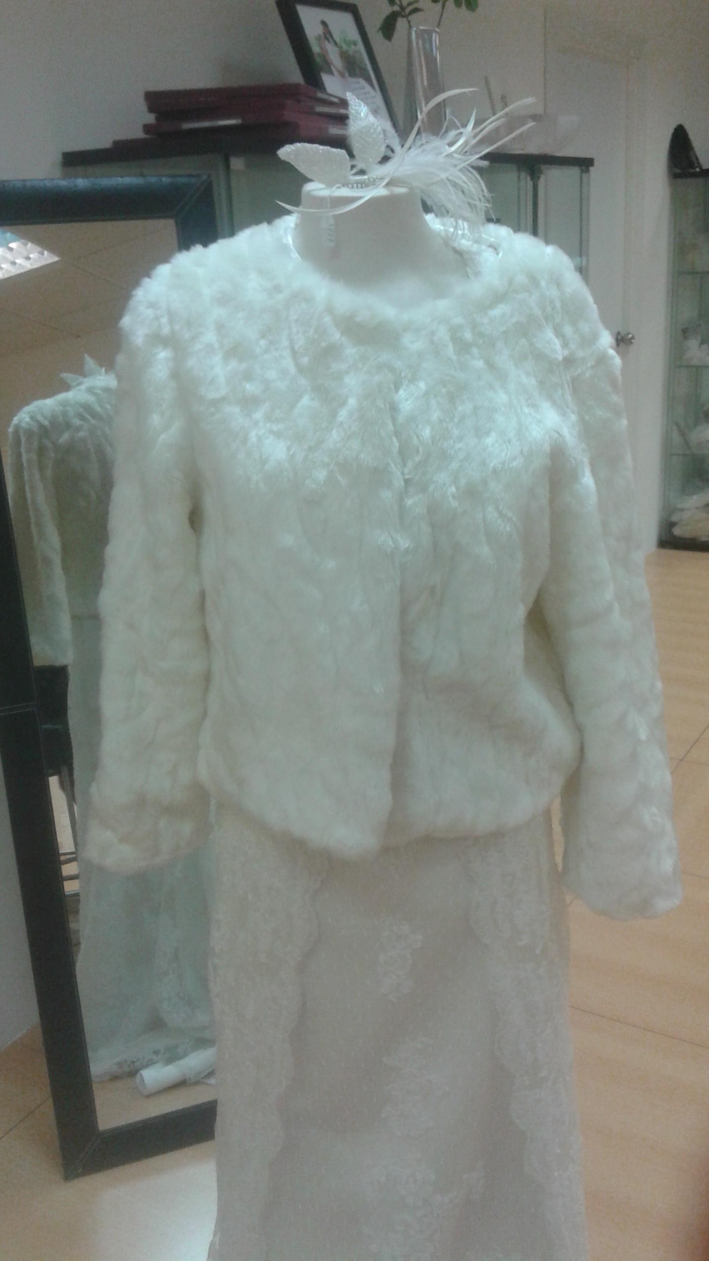 Chaquetas y abrigos de novia para cualquier estilo by for Chaquetas de novia