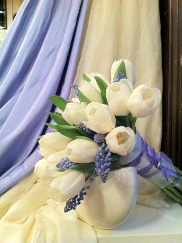 ramo de novia con tulipanes blancos y detalles en lila