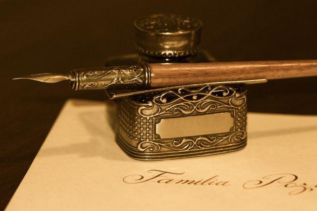 tintero y pluma para invitaciones con caligrafía