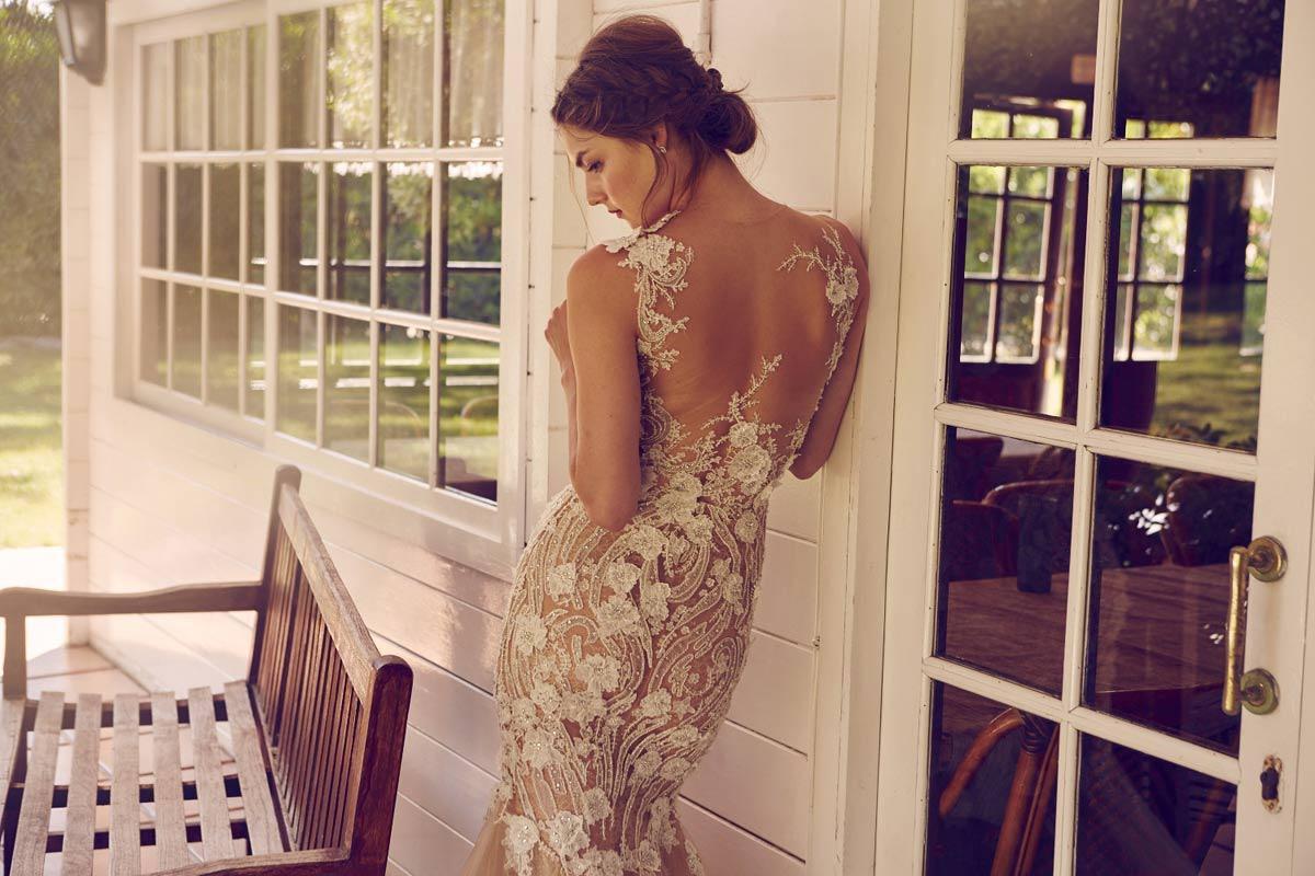 peinado-bajo-novia-vestido-espalda-tatoo