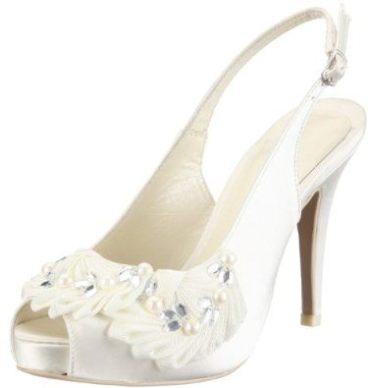 Zapato de novia con adornos florales