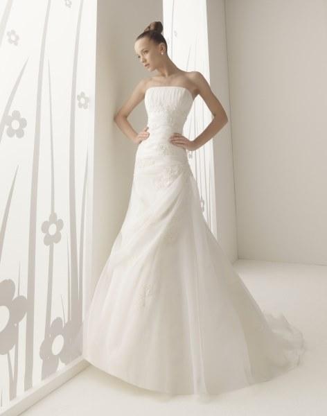 Modelo Yanis. Vestido de novia en renta o alquiler de Innovias con corte reloj de arena confeccionado en organza con bordados en encaje y pedrería y falda de ligero vuelo
