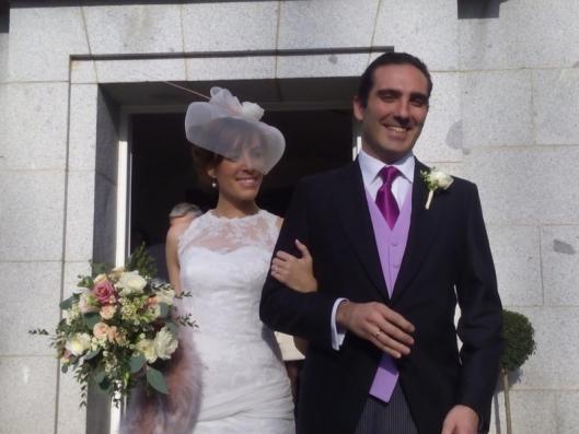 Buestra novia Innovias Cristina, eligió una estola en rosa cuarzo y la pluma de su tocado de novia Innovias en el mismo color