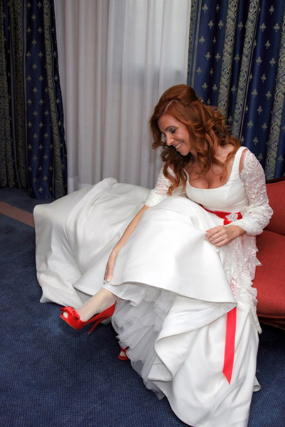 Nuestra novia Innovias Gemma, eligió el rojo pasión en su fajín con caidas y los zapatos de novia
