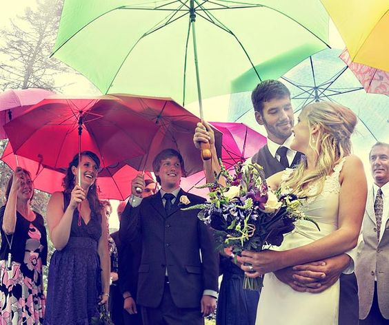 novios-invitados-paraguas