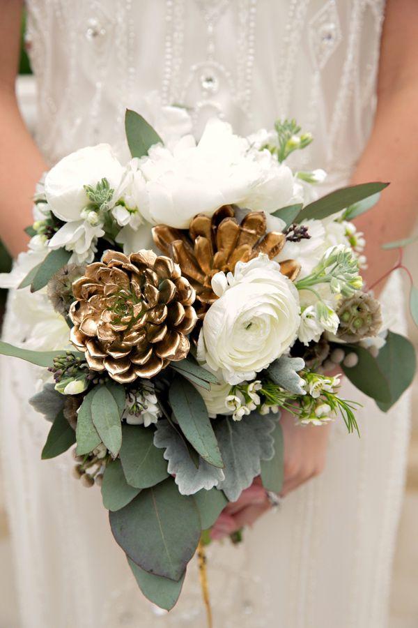 ramo-de-novia-combinado-pinas-verde-y-flores-blancas