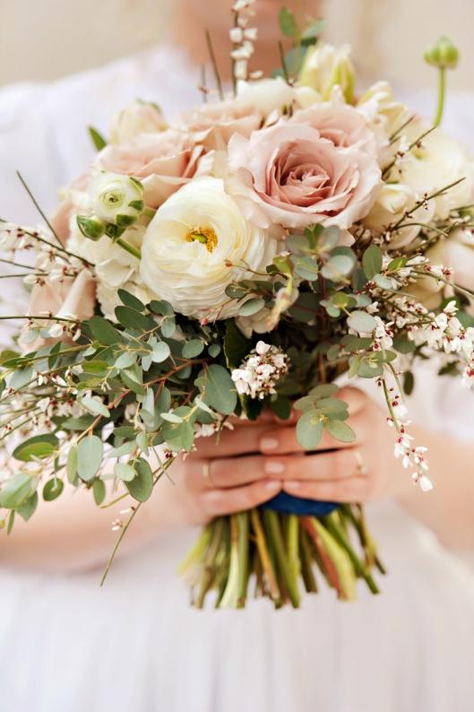 ranunculos-rosas-eucaliptos-ramo-novia