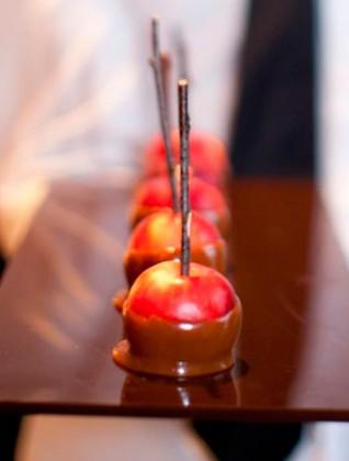 manzanas-acarameladas-en-miniatura-bridalguide-com_-318x420