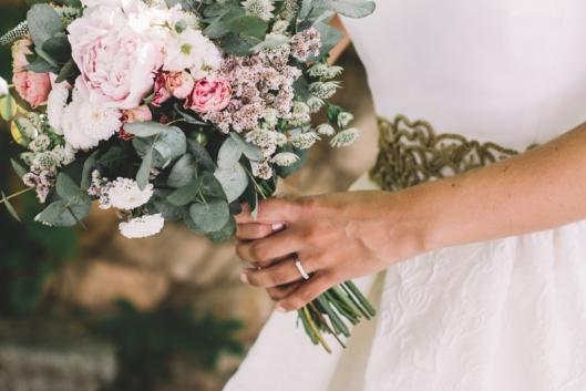 ramo-de-novia-con-eucalipto-peonias-y-rosas-ramificadas_1