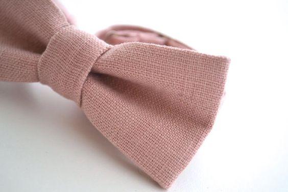 440bdf87e Si se decanta por un estilo más clásico puede llevar una corbata pink dusty  a juego con el boutonniere