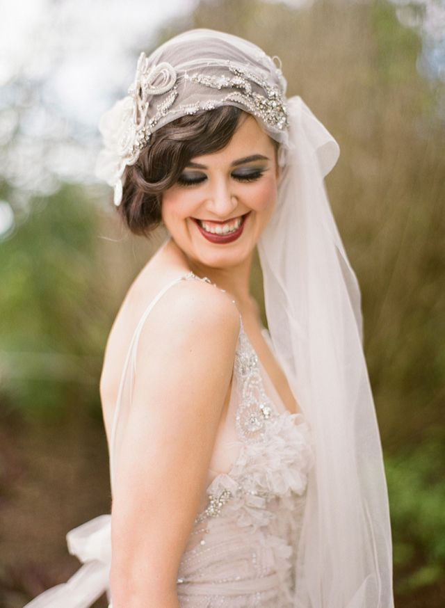 estilo aos con un peinado de novia con ondas ideal para pelo corto y velo tipo turbante visto aqu