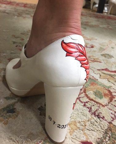 0631f8e9b9 Una de nuestras novias Innovias eligió un zapato que pintó a mano con la  fecha de la boda.