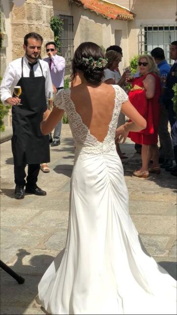 199cefa8a Nuestra novia Innovias Carolina guapísima con el vestido de novia Aglaya de  Innovias transformado para ella con un cuerpo de encaje de espalda al aire.