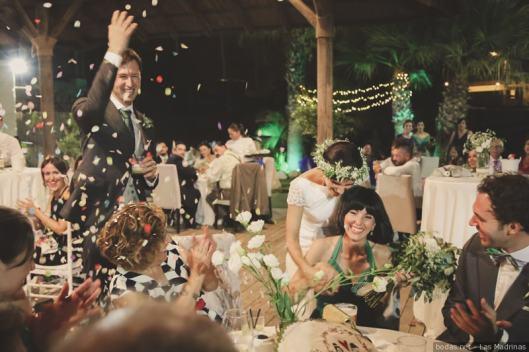 e4f0b7f1b4 Entrega del ramo de novia a una invitada vista aquí