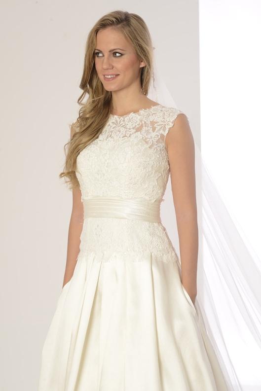 3b1996aa2 Cinturilla tableada del vestido de novia Petunia de Innovias.