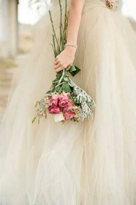 40c78c4b8a Un ramo de novia de estilo sencillo y campestre con rosas de jardín de  Pinterest.