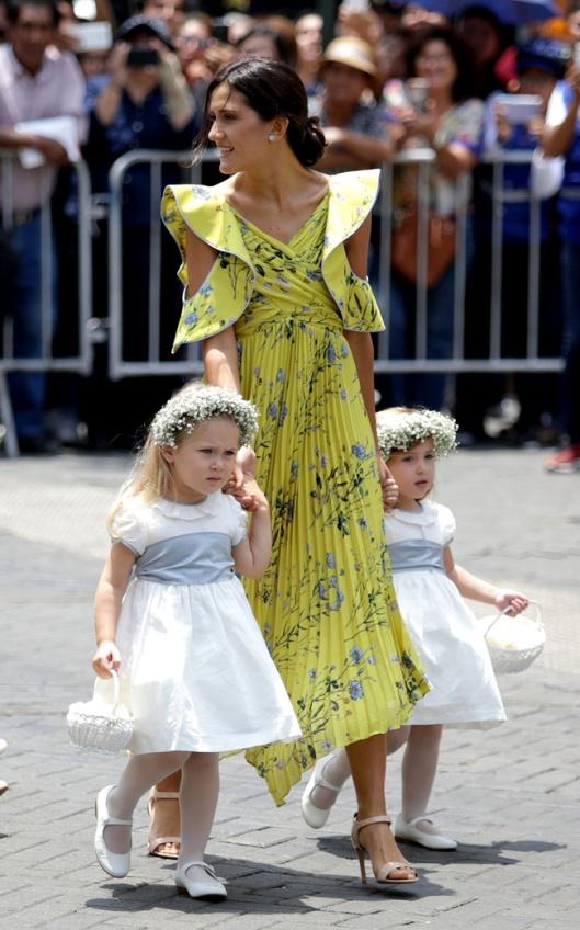 1b84920c1 Así de guapa vimos a la actriz mexicana Ana brenda en la boda de Sassa de  Osma con un vestido plisado amarillo con estampado de flores y  espectaculares ...