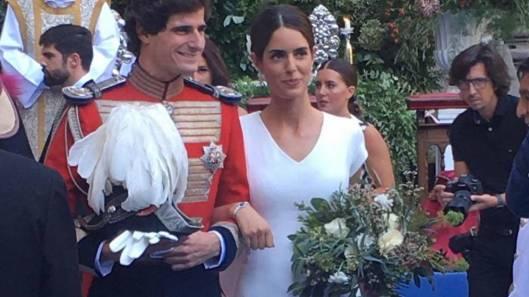 aa5fa77bbe Detalle del ramo de novia de estilo campestre con rosas blancas y el verde  protagonista de Sofía Palazuelo.