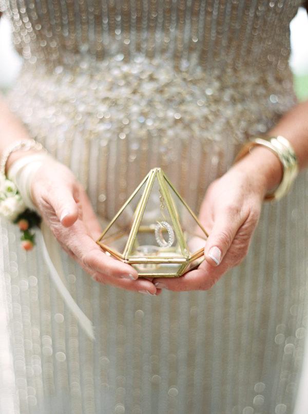 Porta-alianzas en forma de diamante. Foto: When He Found Her