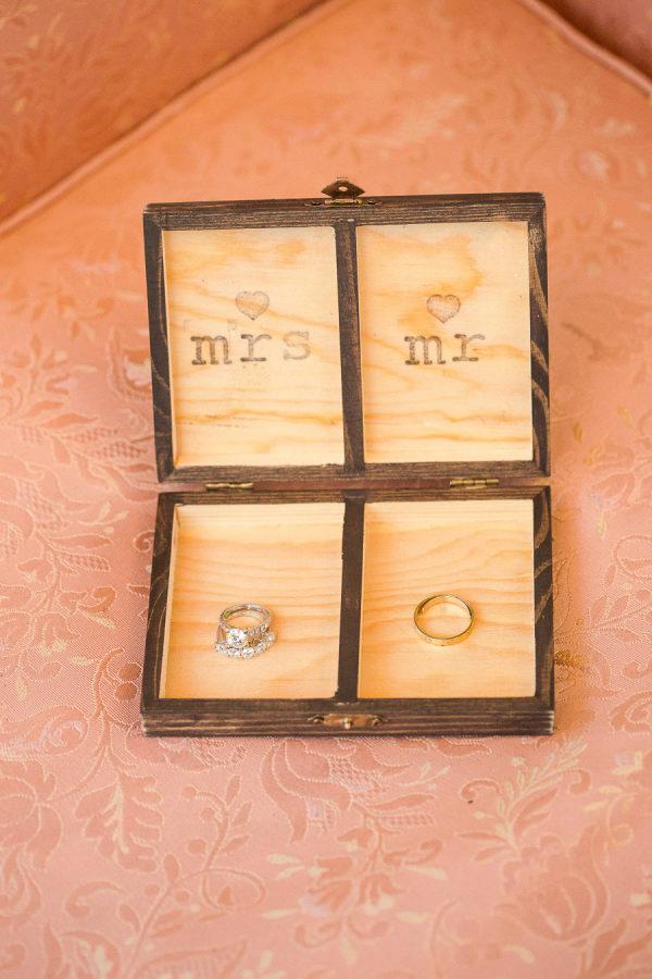 Porta-alianzas de madera grabado. Foto: Marianne Taylor Photography