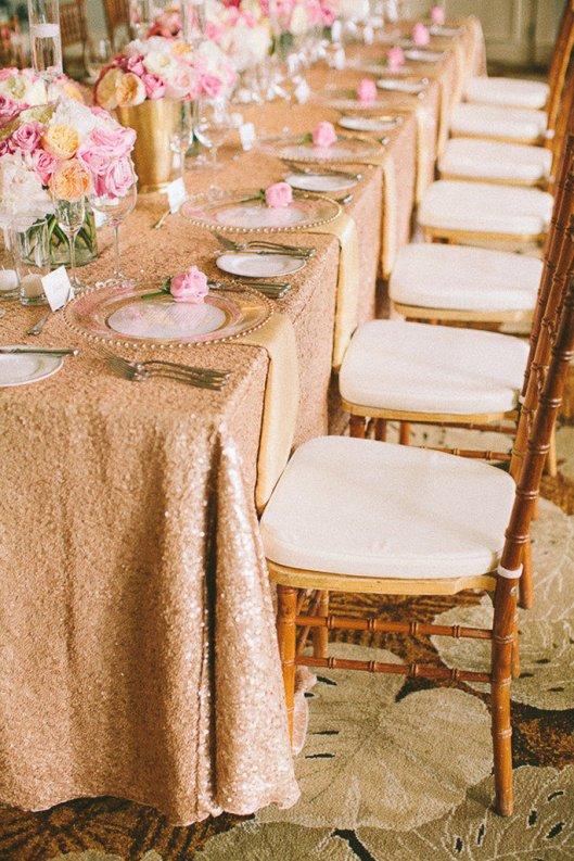 Decoración de boda con mantel en glitter. Foto: Rebecca Arthurs