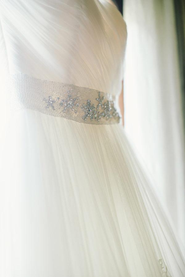Cinturón en el vestido de novia. Foto de Delbarr Moradi Photography