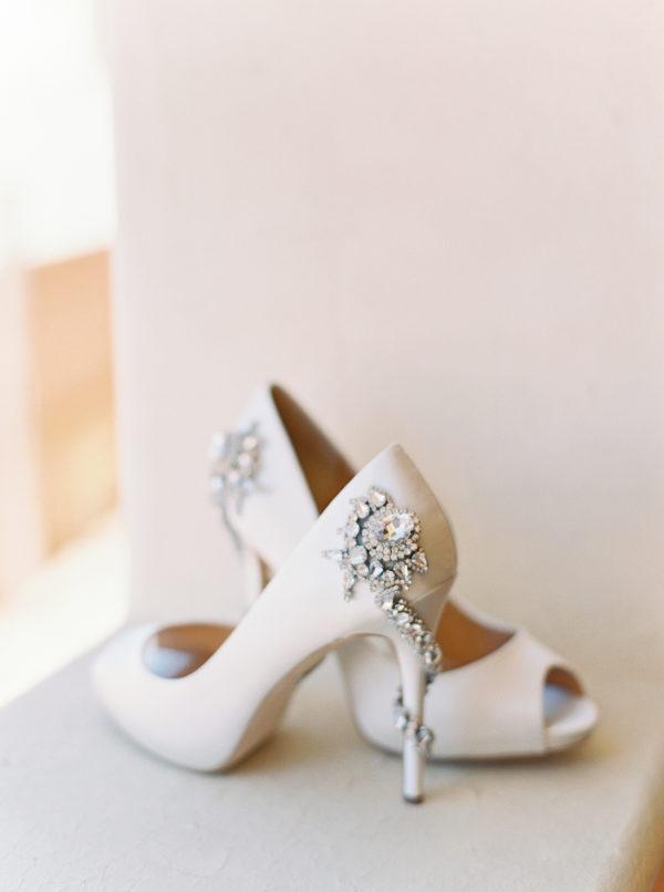 Peep toes con pedrería en el talón y en el tacón. Foto de Blue Rose Photography