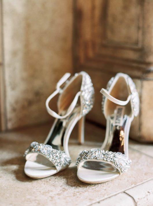 Sandalias de la firma Badgley Mischka con pedrería. Foto de Perry Vaile Photography
